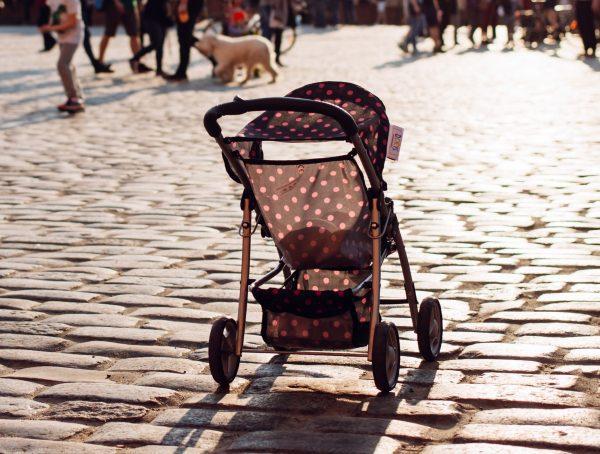 """Резултат с изображение за """"Да си играя с детето на пода"""" – мечтата на една самотна майка"""